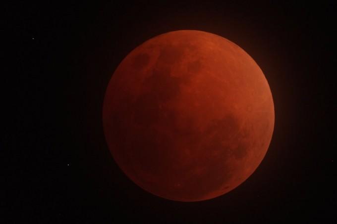 曇り空の月食 成行氏撮影_001